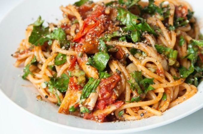 vegan spaghetti with tomatoes and kale