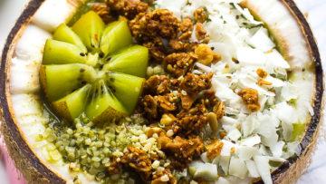 vegan coconut kiwi smoothie bowl